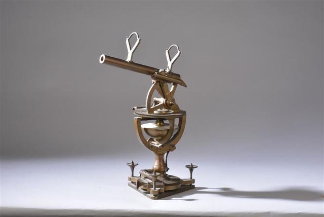 Instrument universel à monture azimutale et équatoriale. Signé