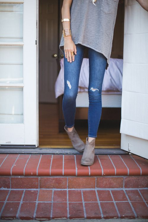 ripped skinny jeans with loose tee and boots