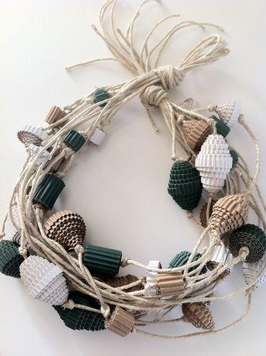 collana realizzata con spago e cartone ondulato