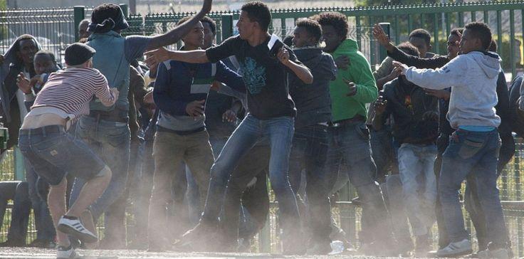 Des migrants à Calais. PETER JORDAN/THE SUN/SIPA