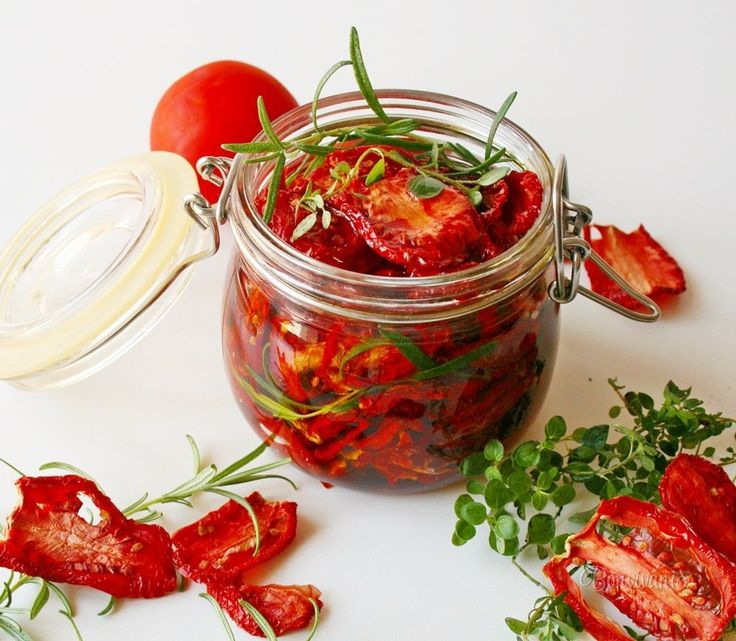 Príprava pravých, na slnku sušených paradajok sa počíta na dni, ale ľahkú domácu verziu zvládnete aj v rúre počas niekoľkých málo hodín (a pár minút prípravy). A naviac sa nemusíte spoliehať na počasie! Nie je žiadne tajomstvo, že ak si mimo letných mesiacov výrazne nepriplatíte, sú dovážané paradajky často takmer bez chuti. A preto potom …