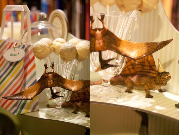 Les paillettes étaient de sorties pour la décoration de l'anniversaire, et les dinosaures plutôt contents de revêtir leurs chapeaux…