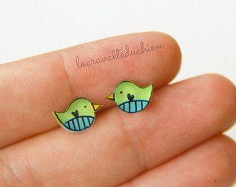 Uccellino stud orecchini, piccoli orecchini uccello evidenziati in verde acqua e verde, Illustrated gioielli
