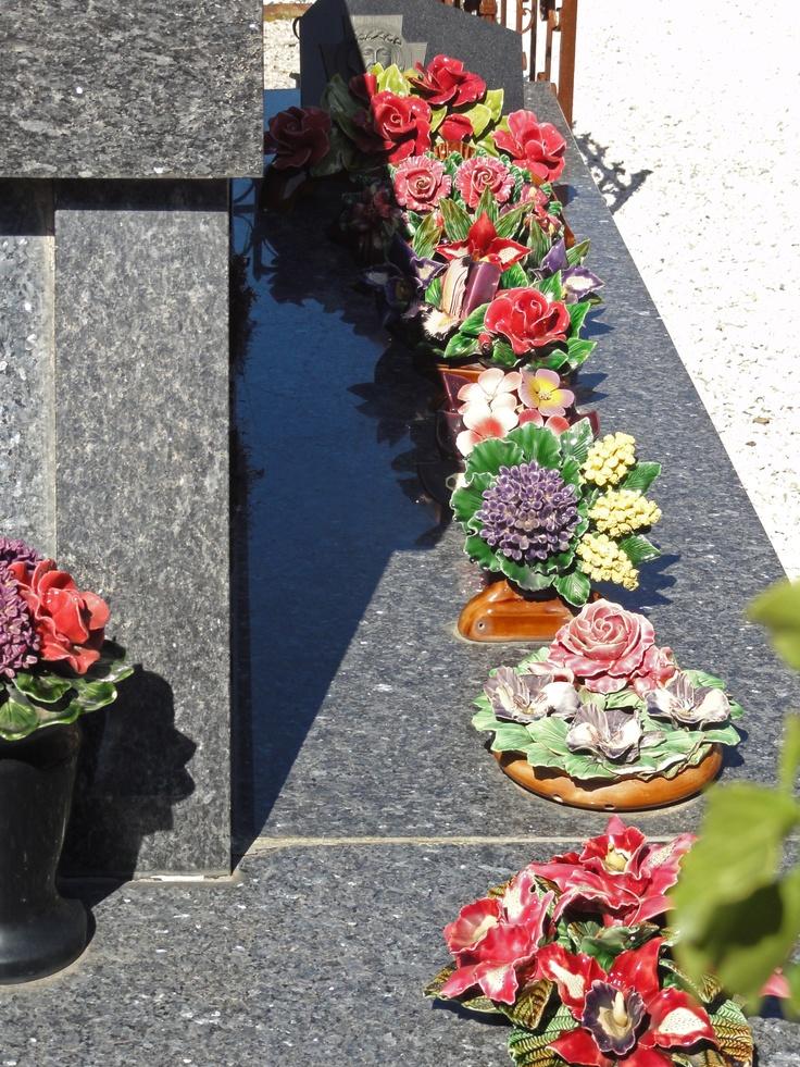 Handmade French Ceramic flowers decorating the cemetery for many many years. Stunning!! Begraafplaats Frankrijk Schitterende bloemen van keramiek!!