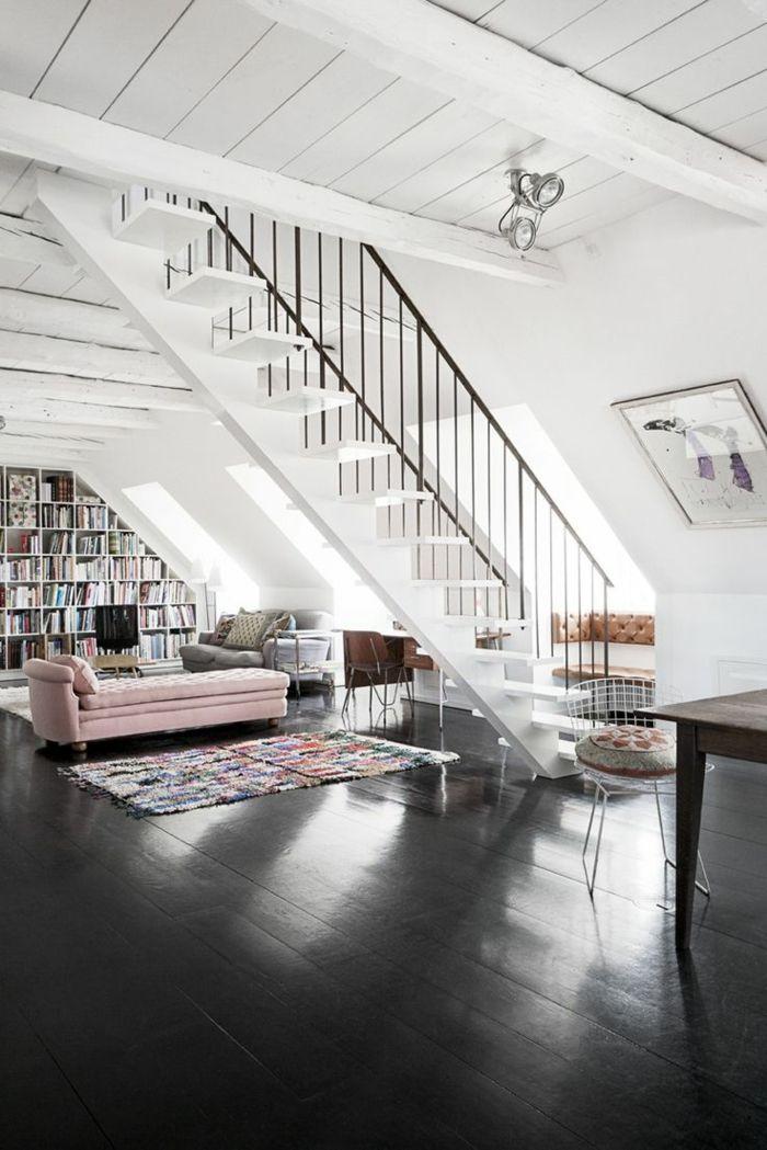 joli salon avec sol en parquet noir et plafond en planchers blancs