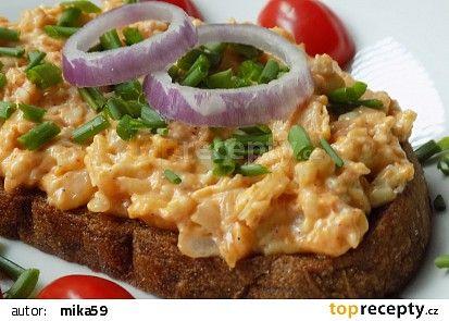 Hermelínová pomazánka na topinky recept (cibule,pikantní hořčice,máslo,pivo či smetana,chilli,česnek,pažitka)