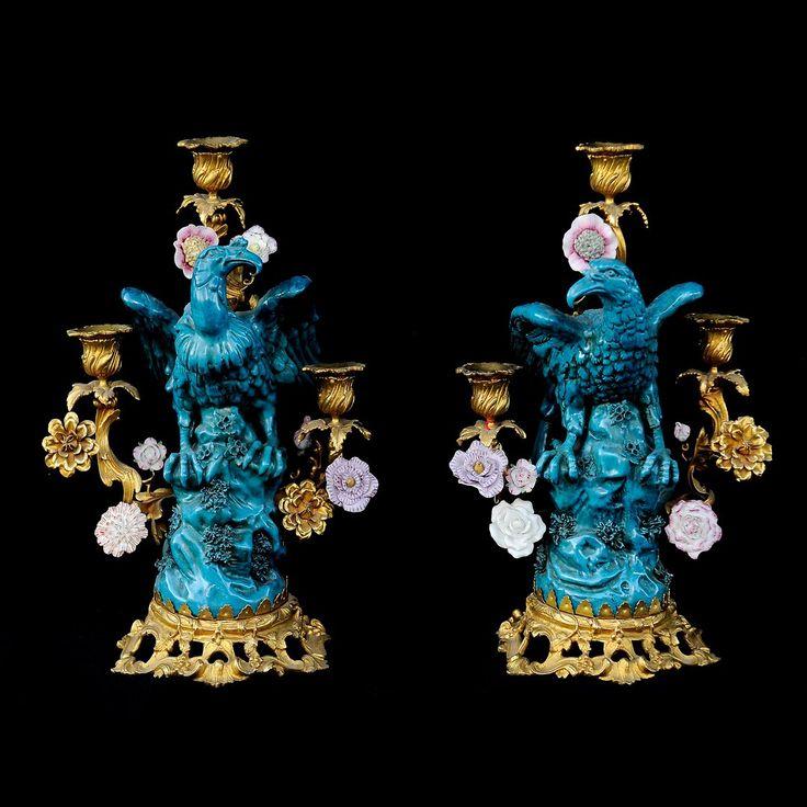 Paire de candélabres en bronze doré orné de fleurs en porcelaine, surmontés de vautours en porcelaine Dimensions: H 39 cm