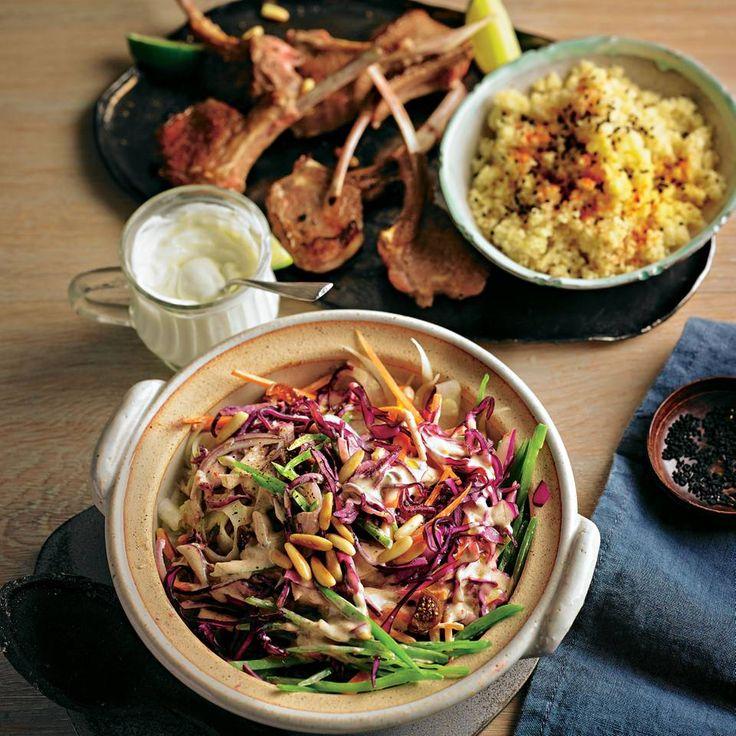 """Orientalischer Rotkohlsalat mit Lammkoteletts und Bulgur - """"Mit diesem vollwertigen Hauptgericht macht ihr eure Gäste glücklich! Denn zum deftigen Lammkotelett gibt es knackigen Salat mit orientalischer Note."""""""