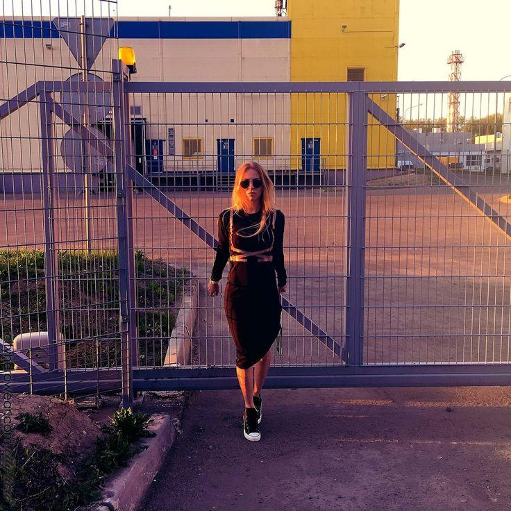 Платье-трансформер:благодаря кулиске в левом боковом шве его длина может варьироваться от полной макси до ассиметричной миди. Transformer dress: a drawstring in the left seam let you change the length of the dress from maxi to assimetric midi. City Dress Belts 1 [Black] 7,199 руб | 129,6 eur #dress #transformer #dresses #casual #casualstyle #casuallook #harness #платье #портупея #платьевмоскве #платьевпол