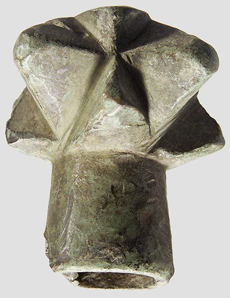 Mace head - German, 13th / 14th century. Bronze with green patina. Four sided head with bold square and smaller triangular spines. Conical (at the end slightly damaged) round sleeve. Cleaned excavation discovery. Height 5 cm.