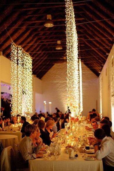 Decoracion con luces de navidad en forma de cascada para bodas.