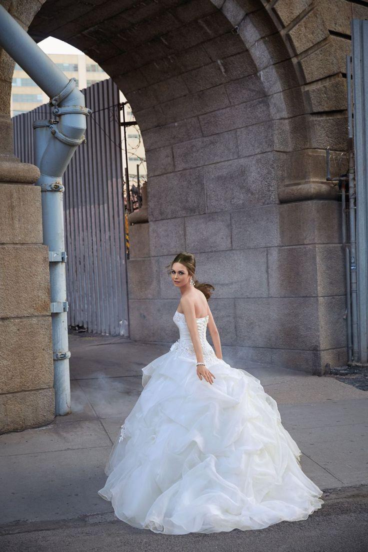 FIELA Drapowana spódnica z kwiatem, dekolt serce sukni ślubnej Madeline Gardner. Misternie wyszywany gorset koronkami i kryształkami. Marszczona spódnica z …