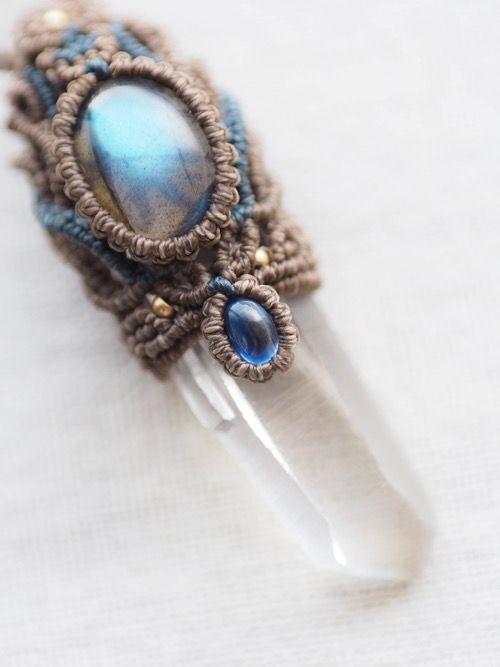 水晶ポイント(ヒマラヤ・インド・パルギ産・マスタークリスタル・ダウ)&ラブラドライト(アフリカ産)&カイヤナイト(ネパール産)/ペンダント、天然石マクラメ編みペンダントネックレス紹介&販売。神々が宿るヒマラヤから産出され、非常にエネルギーの強いクォーツとして高く評価されている ヒマラヤ水晶をあしらったマクラメ編みペンダント。 透明度が高く、水晶が成長する際に刻まれた成長線(バーコード)がくっきりと刻まれています。 水晶の中で特別な形状のものをマスタークリスタルと言い、特別な役割や気づきを与える水晶としてヒーリング業界では知られています。 先端がごくわずか欠けていますが、よく見るとこちらの水晶ではマスタークリスタルの種類の1つである『ダウ』が確認できます。 (※ダウとは、先端部の錐面が7・3・7・3・7・3角形と交互に構成される水晶。) ペンダント上部には、美しいブルーのシラーを見せる上質ラブラドライト、 しっかりとした色味と透明感を兼ね備えた上質なネパール産カイヤナイト、 紐エンド部分にはラブラドライト、カイヤナイト、スモーキークォーツのビーズをあしらい、…