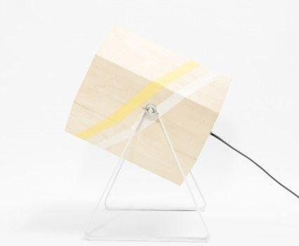XL zijaanzicht  Houten lamp met gele en witte band in een wit gepoedercoat stalen frame.  In de maten XL en Medium.  De Spotlight wordt op de showUP beurs eind augustus geïntroduceerd en is vanaf september 2016 te koop. Meer informatie volgt!