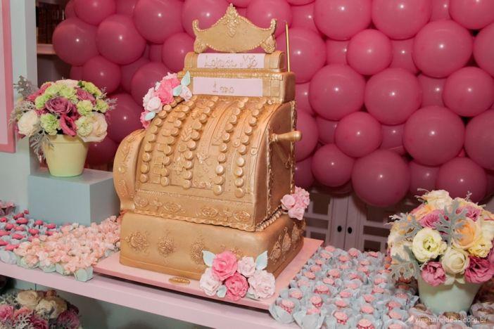 bolo de pasta americana em dourado em forma de caixa registradora vintage. Mais em: http://www.weshareideas.com.br/festas/mostrar/alfabetica/festa-tema-loja-da-mc/