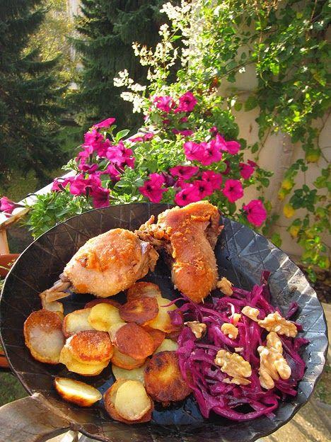genussbereit: Herbstvergnügen: Aufgebratenes Enten-Confit mit Bratkartoffeln und Rotkohl-Walnuss-Salat