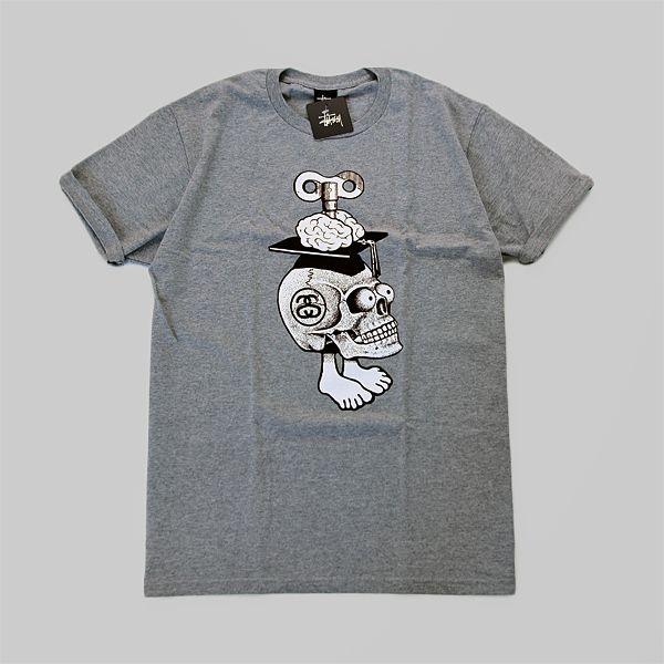 T-Shirt marki Stussyześciągacz wokół szyi w kolorze szary melanż. Duża grafika z przodu, z tyłu na wysokości kołnierzykamały napis KNOWLEDGE …
