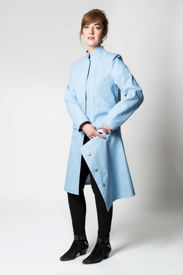 Quoi de mieux qu'un vêtement qui en contient deux? Ce manteau modulaire résulte de mois de recherche et d'expérimentation pour en arriver à une formule ultra performante. Une fermeture éclair dissimulée au niveau de la taille vous permet de détacher le bas du manteau pour en faire une veste, et ce, en deux temps, trois mouvements!  Fabriquée avec un duck de coton biologique certifié, cette pièce mi-saison et tout-aller fera fondre le cœur des plus aventurières.