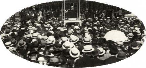 Onbekend | Katholiek leven : Een menigte mannen met witte hoeden op luistert naar de toespraak van een priester tijdens een encycliek feest van de Katholieke organisatie Amsterdam. Nederland, 1921.
