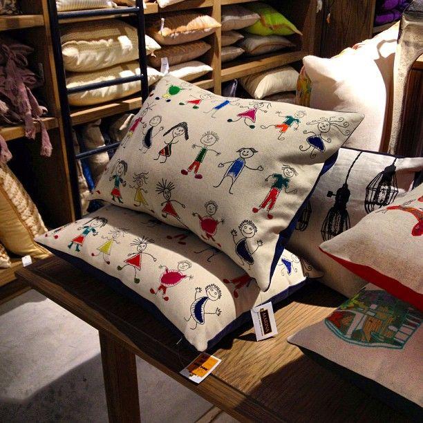 Забавные подушки ☺ #интерьер #дизайн #стиль #подушки #декор #шоурум #Дубай #арабский