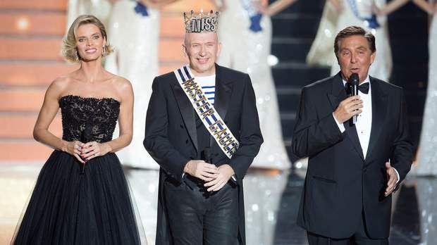 Sylvie Tellier, présidente du comité Miss France, Jean Paul Gaultier, président du jury, et Jean-Pierre Foucault.