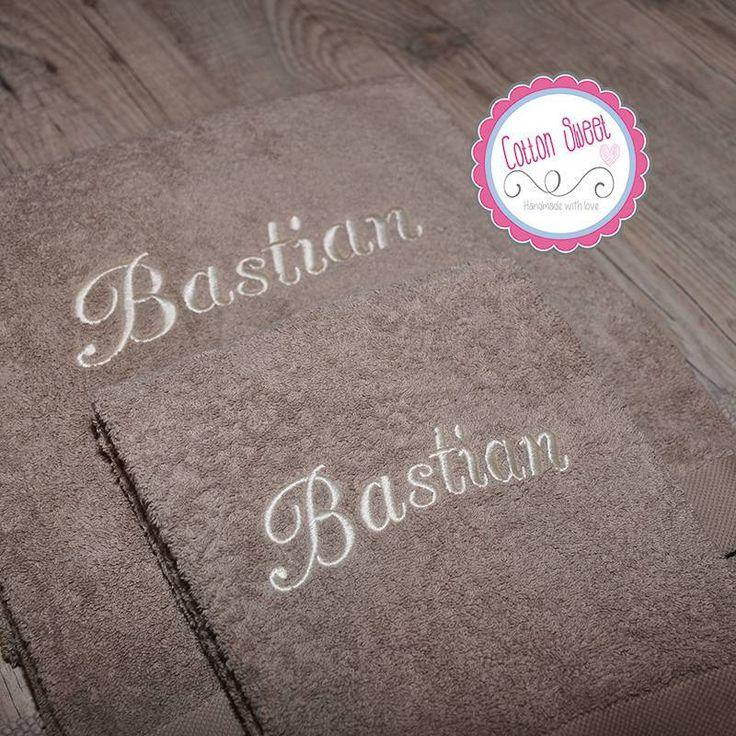 Bonita toalla bordada con el nombre del cliente.