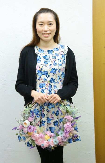 花嫁様手作りのリースブーケ。雰囲気のあるブルーグレイのドレスにあわせて、ピンクからラベンダーカラー、さし色に水色をあわせています。リースづくりははじめてだ...