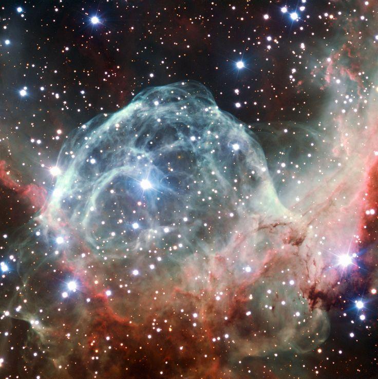 La nébuleuse NGC 2359, surnommée «Casque de Thor», en raison de sa ressemblance avec un casque ailé, est l'un des nombreux objets célestes à porter un nom emprunté à la mythologie nordique. Pour en découvrir d'autres: http://www.fafnir.fr/objets-celestes-a-nom-mythologique.html.