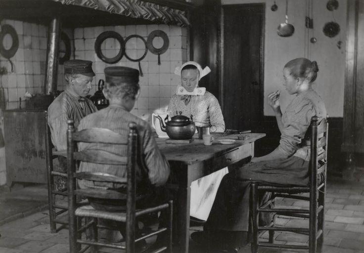 Interieur in Den Ham 1899 Keuken van Boerderij 'Roohorst'. Mannen eten met pet op. Deze wordt alleen tijdens het bidden afgezet. #Overijssel #Salland #Saksen