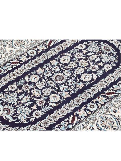 http://www.benuta.de/orientteppich-nain-6la-ca-1mio-knoten-blau-5-2.html Bestes Material, aufwendige Handarbeit und traditionelle Musterung vereinen sich im persischen Nain zu den kunstvollen und weltberühmten Teppichen. Unsere Modelle finden den weiten Weg um die halbe Welt bis zu Ihnen nach Hause. Die Nain-Teppiche bestehen aus hochwertiger Wolle und gelangen durch die Details in feiner Seide zur Perfektion.