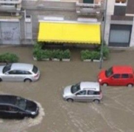 Maltempo al Nord: a Milano esonda fiume Seveso, bombe d'acqua sul Veneto