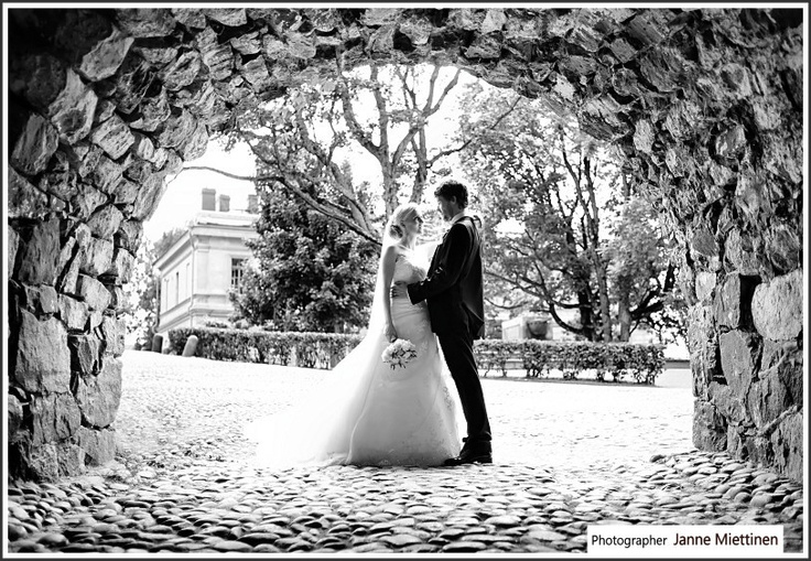 Love the black n white with the stone frame