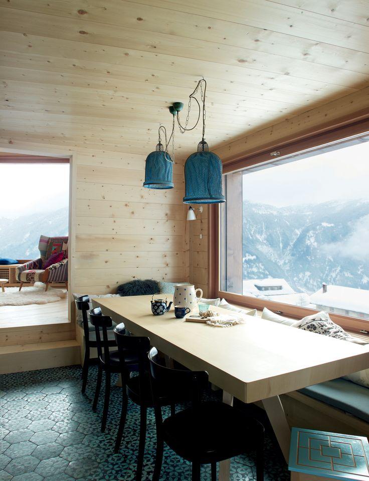 Uno chalet cosmopolita sulle Alpi svizzero-tedesche // A cosmopolitan chalet on the Swiss-German Alps • Progetto: Miller Maranta Architekten, Interiors: Atelier Zürich