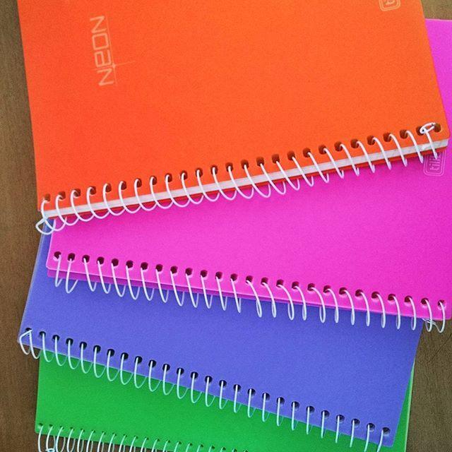 Sou apaixonada por esses cadernos Neon da tilibra. Adoro usar eles pra organizar meus estudos por causa das folhinhas coloridas. #neon #tilibra #caderno #studymotivation #colors #estudos #organizacao #vidadeestudante