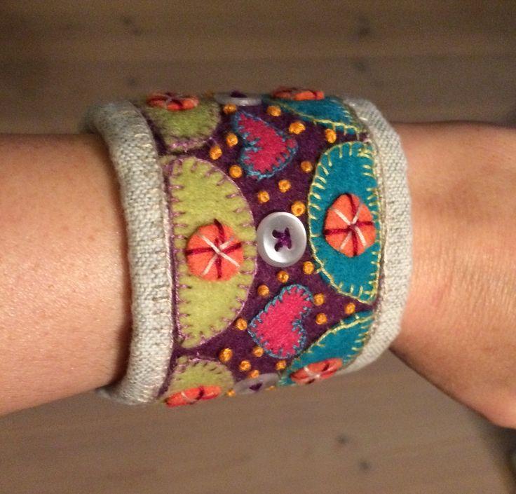 Armband av filt, tyg, knappar mm