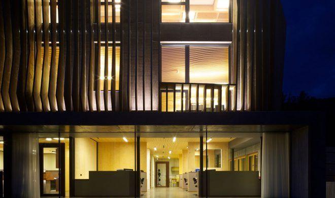 La facciata ondulata, i motivi a quadri e a nido d'ape degli interni dell'edificio situato a Bressanone, evidenziano in modo giocoso la grande flessibilità di questo edificio LignoAlp.
