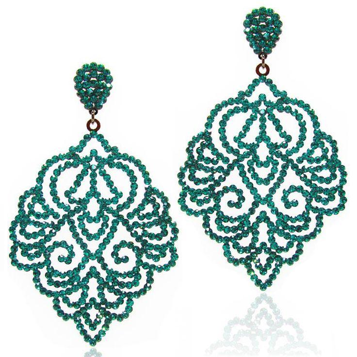 O brinco de festa verde esmeralda é folheado a ródio negro com pedras importadas…