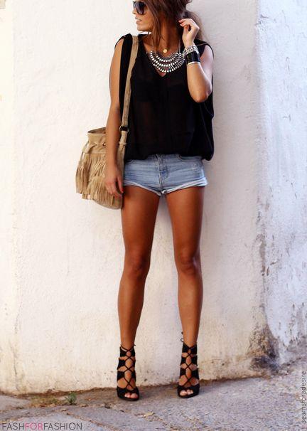 Plastron + T-shirt loose + Mini-short en jean + Sandale à talon Il suffit de peu pour être stylée. http://amzn.to/2tco6NT
