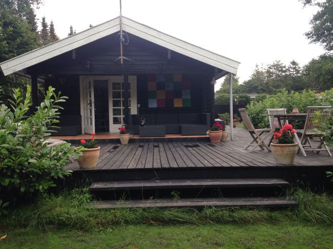Lækker ny terrasse bygget op om huset. Ca. 70m2 træterrasse som bliver bejset sort. Kæmpe arbejde men det hele værd.