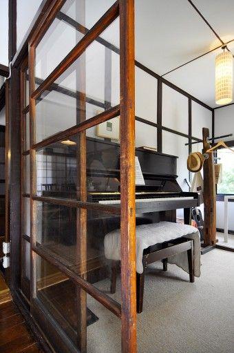 池田さんのお母さんが子供の頃使っていたピアノ。ジャズの演奏会などを開くことも。