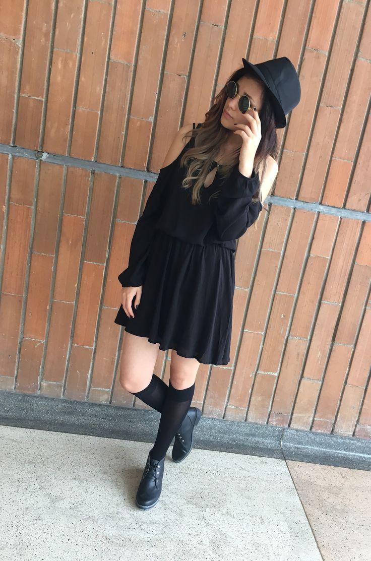 Estilo dark lentes medias sombrero y vestido