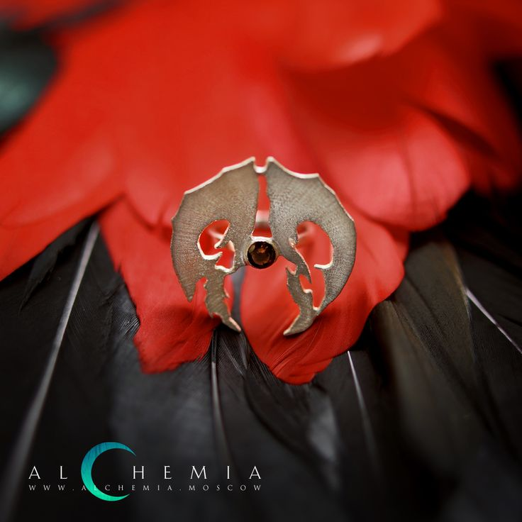 Кольцо «Позвонок» из коллекции «Зубы». Выполнено из серебра 925 пробы. Вставка фианит или раух топаз