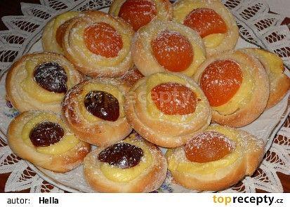 Zamotané koláče500 g hladké mouky 50 g cukru krupice 75 g másla 250 ml vlažného mléka 40 g kvasnic 1/2 lžičky soli 1 vejce citronová kůra z 1/4 citronu Máslo na potření těsta asi 20 g (Na zdobení) 400 ml mléka 1 mandlový (nebo vanilkový) pudink 1 cukr vanilka meruňky nebo švestky