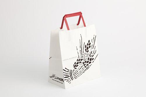 赤い取っ手のアクセントが可愛い紙袋。    【高島屋新宿店】フードコンシェルジュが教える和洋の人気菓子ブランドのパッケージの特徴は?| nikkei BPnet 〈日経BPネット〉