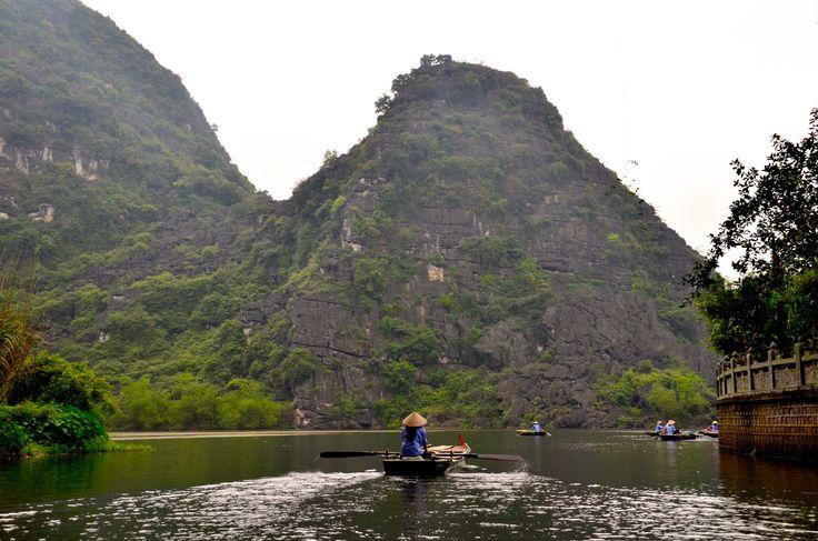 Ninh Binh, la Baie d'Halong Terrestre.  Balade en sampan.  Au départ de Tam Coc et Trang An, les sampans, bateaux traditionnels à fond plat proposent des excursions au fil de l'eau, entre monts verdoyants et grottes naturelles. Préférez le matin à l'après-midi car nombreux sont les touristes, vietnamiens et étrangers, à s'y rendre.
