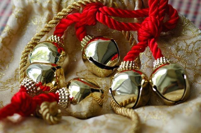Christmas wedding bells...LOVE THIS IDEA!!! @Natalie Fava @Jennifer Lucas @ Angela Mancuso