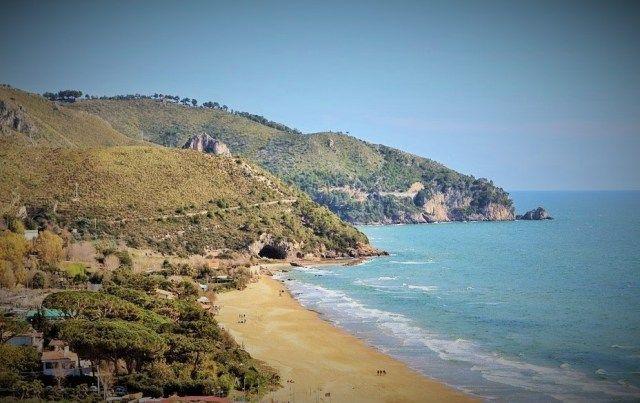 West #beach #Sperlonga // #Spiaggia Levante e grotta di Tiberio vista da Sperlonga #smartraveller #blog #travel #Lazio #Latina