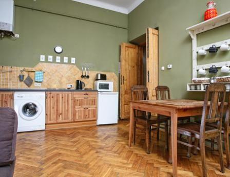 un dormitorio con una cama doble y un dormitorio con dos camas individuales, sofá-cama en el salón #apartamentos, #hoteles, #Cracovia, #alojamiento