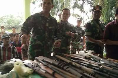 Masyarakat Inhil Serahkan 19 Pucuk Senjata Api Rakitan ke Koramil