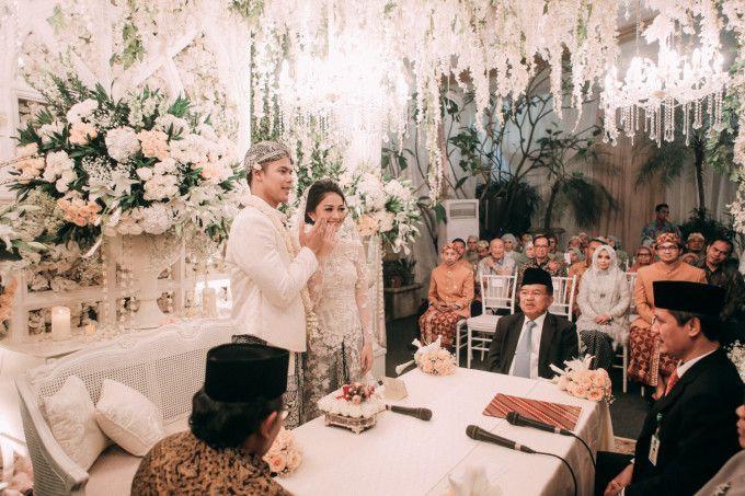 An Elegant Sundanese Ballroom Wedding With Muted Shades - 019